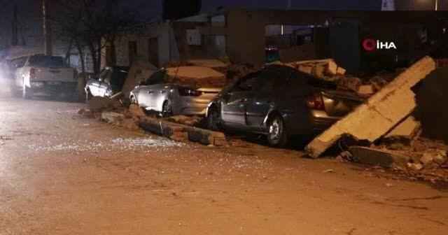 Park halindeki otomobillerin üzerine beton düştü
