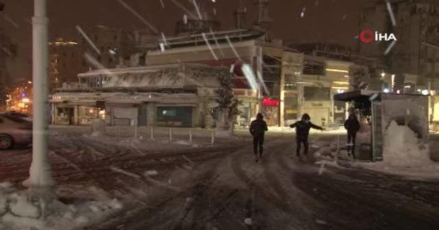 Taksim Meydanı kar yağışı ile birlikte beyaza büründü