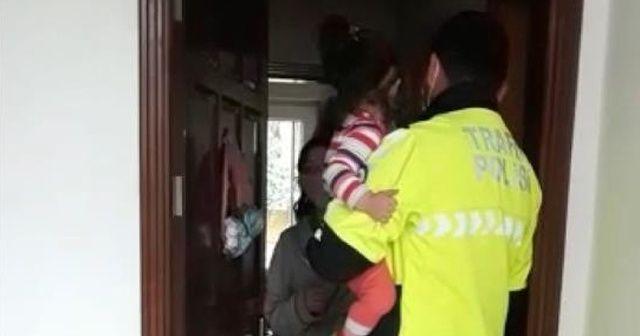 2 yaşındaki çocuk polisin dikkati sayesinde kurtuldu