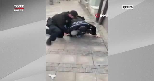 Babası gözaltına alınınca hıçkırarak ağladı