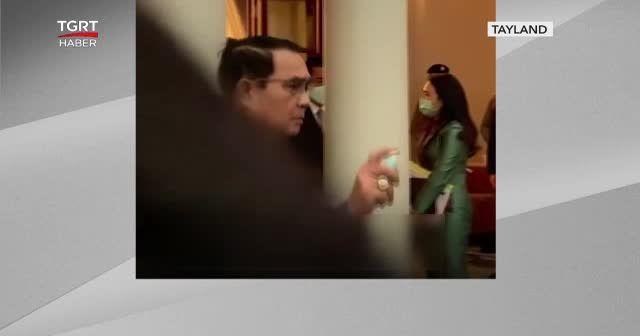 Başbakan gazetecilere dezenfektan sıktı
