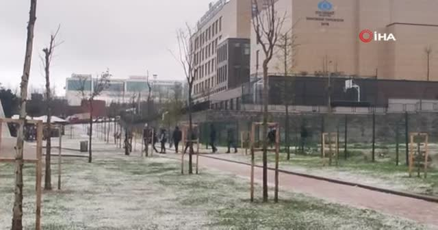 Kar yağışı Sultangazi'yi beyaza bürüdü
