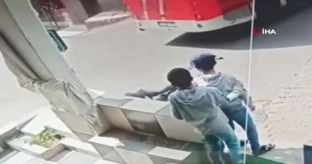 Ayağının üzerinden otobüs geçti