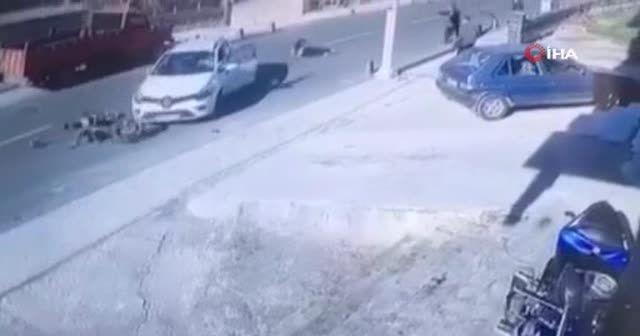 Motosikletlinin ölümden döndüğü feci kaza kamerada