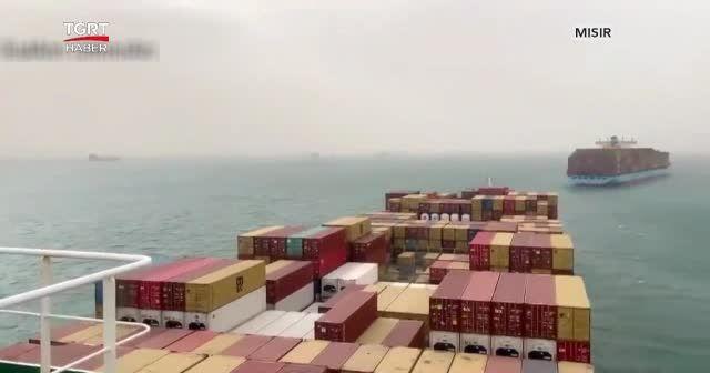 Süveyş kanalında gemi karaya oturdu