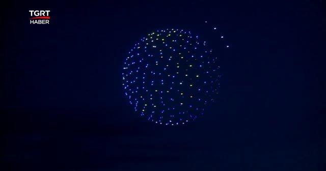 500 drone geceyi aydınlattı