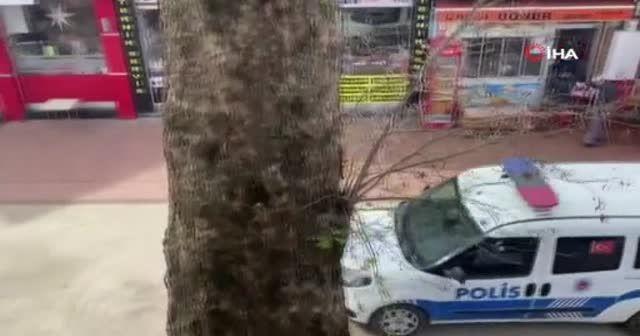 Banka önündeki kalabalığı polis dağıttı