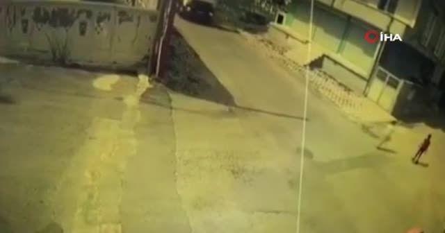 Bisikletli çocuk beton mikserin altına kalmaktan son anda kurtuldu