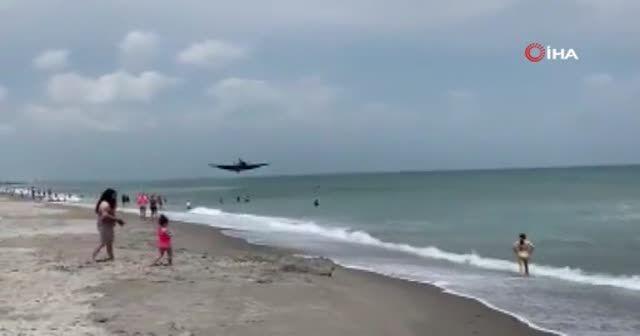 ABD'de gösteri uçağı suya acil iniş yaptı