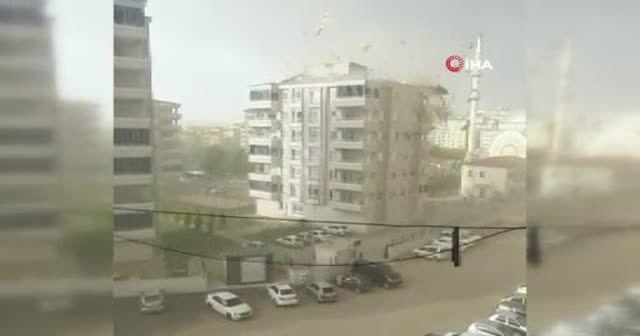 Çatının uçma anları kamerada