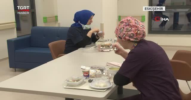 Hastanelerde hemşireler ilk iftarını yaptı
