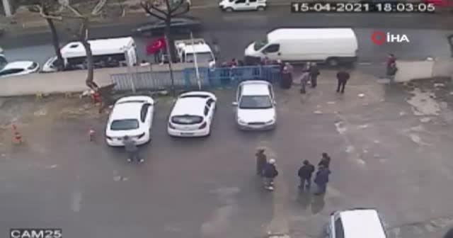 Kamyonetin yayaya çarptığı feci kaza kamerada