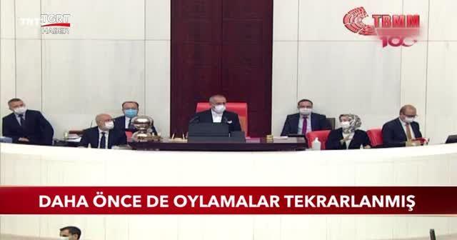 Mustafa Şentop masaya yumruğunu vurmuş