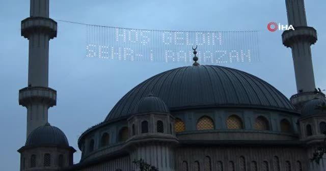 Taksim Camii mahyalar ile süslendi
