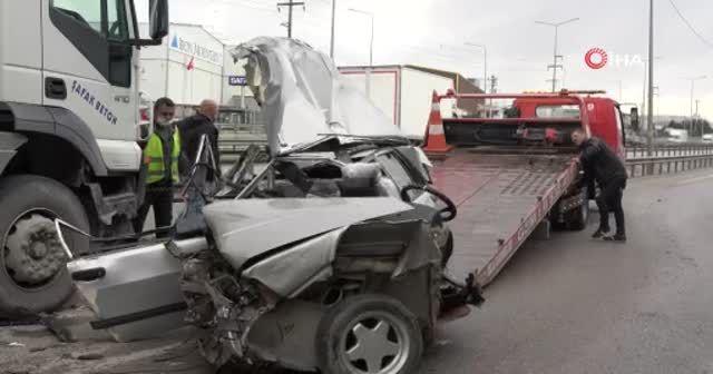 Makas atarken 2 tıra çarpan otomobil paramparça oldu