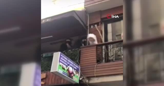 Polisi görünce kafenin balkonundan böyle kaçtılar