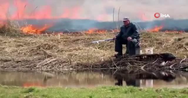 Yangına rağmen balık tutmaya devam etti