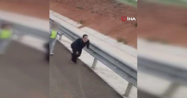 Yol ortasında sözlü saldırı! Tepki görünce tır sürücüsünün üstüne yürüdü
