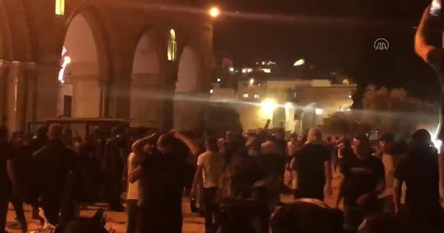 Mescid-i Aksa'da bir kez daha saldırdılar
