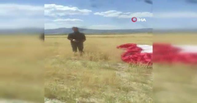 Tarlasına paraşütçü inen çiftçi paraşüte bindi