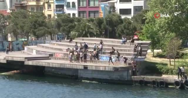 Yasak yokmuş gibi... Karaköy'de deniz keyfi