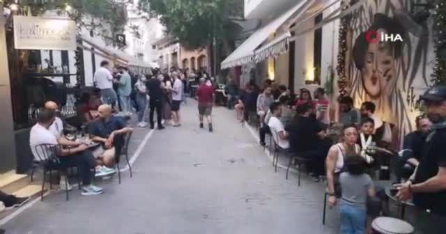 Yunanistan'da halk kafe ve restoranlara akın etti
