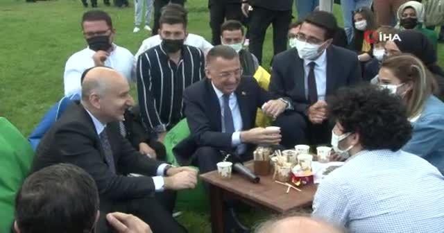 Cumhurbaşkanı Yardımcısı Oktay, gençlerle sohbet edip çay içti