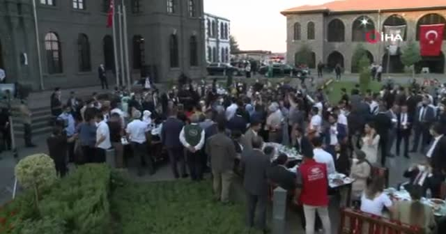 Cumhurbaşkanı Erdoğan, gençlerle beraber türkü söyledi