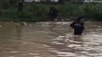 Artvin'deki sel felaketinde polisler vatandaşın yardımına koştu