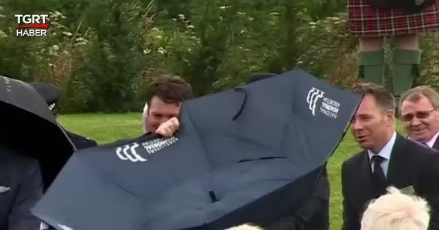 Dünya bu görüntüleri konuşuyor: Boris'in şemsiye ile sınavı