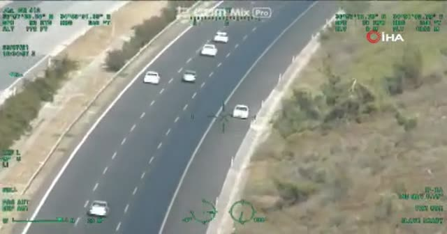 Otoyolda ters şeridi kullandılar: Helikopterler takip edildiler