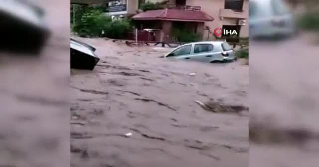 Pakistan'da şiddetli yağış seli getirdi
