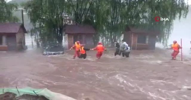 Pekin'deki selde mahsur kalanlar botlarla kurtarıldı