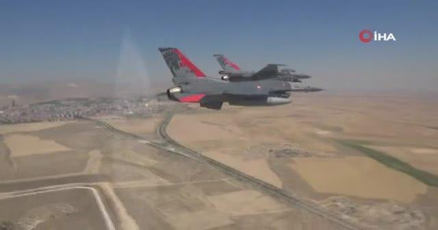 Türk jetleri Kıbrıs semalarında şov yaptı