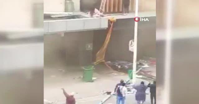 Yağmacılar ateşe verdi anne binadan bebeğini atarak kurtardı