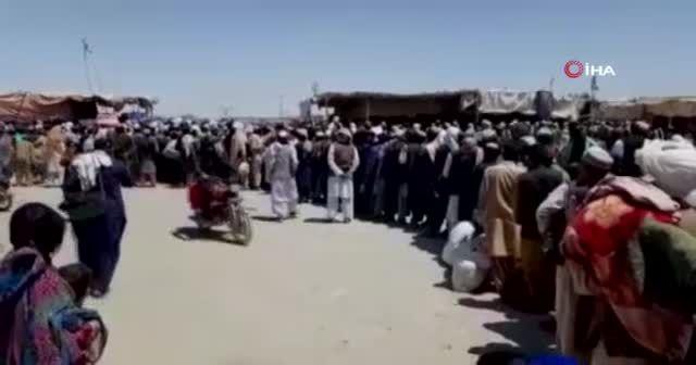 Afganlar Pakistan sınırına akın etti