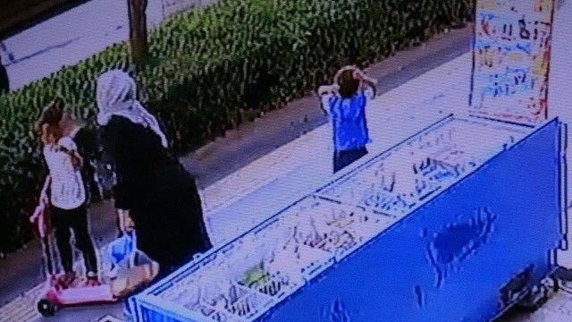 Anne şiddeti kamerada: Çocuklarının kafasına bastı, tokatladı, yüzlerine toprak attı