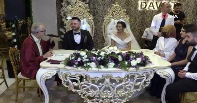 Evlilik sorusunu arkadaşlarına danıştı: Nikah memuru kayıtsız kalmadı