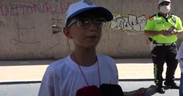 Kadın sürücünün kızdığı çocuk trafik polisiyle uygulama yaptı