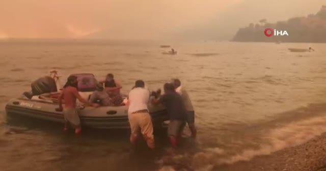 Bodrum'da tekneler seferber oldu: Vatandaşlar yangından kurtarılıyor