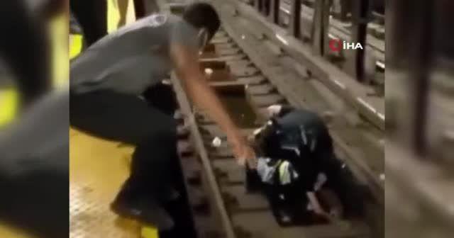 New York metrosunda raylara düşen yolcu böyle kurtarıldı