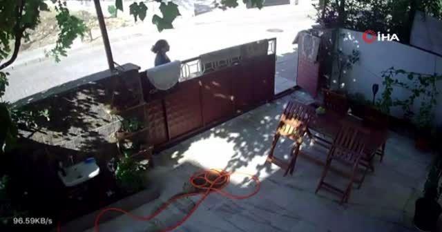 Öfkeli adam komşusu olan kadını defalarca yumrukladı