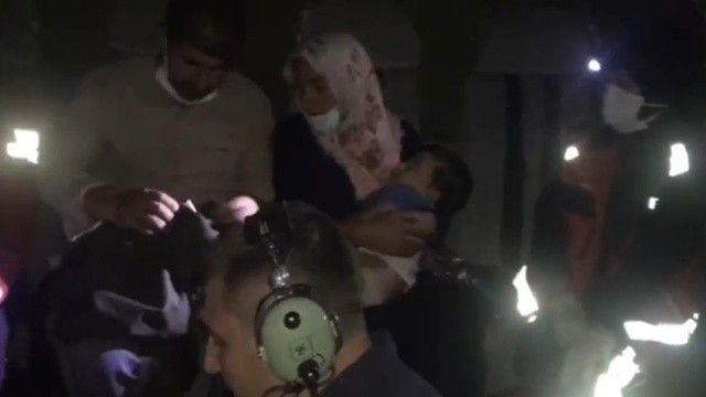 Parmağı kopan 2 yaşındaki bebeğe helikopterli yardım