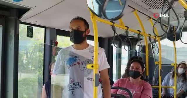 Yolcular önce şaşırdı sonra alkışladı: Yolun yarısında şiir okumaya başladı