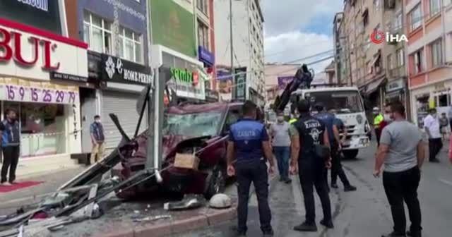 İstanbul'da hafif ticari araç durağa daldı