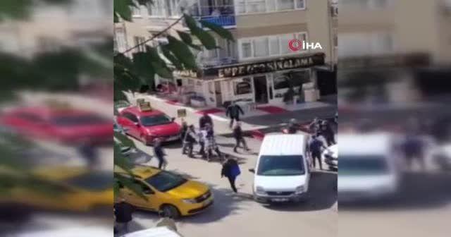 Cadde ortasında beyzbol sopalı kavga: Ortalığı birbirine kattılar