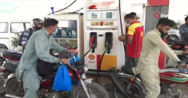 Pakistan'da aşı olmayana benzin de yok