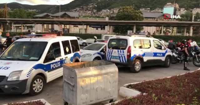 Polisten kaçan 2 kişi araçla servis bekleyen genç kadına çarptı