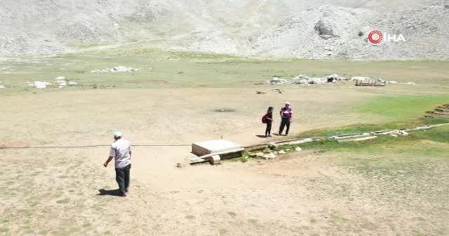 Çoban drone'u önce sopayla kovaladı sonra şapkasıyla selamladı