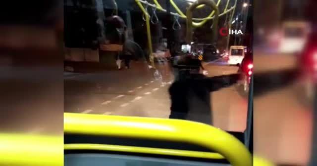 Elinde bıçakla otobüse saldırdı